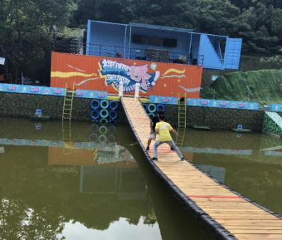 来自世新大学的洪浩轩在《摇啊笑啊桥》节目录制现场体验了游戏环节