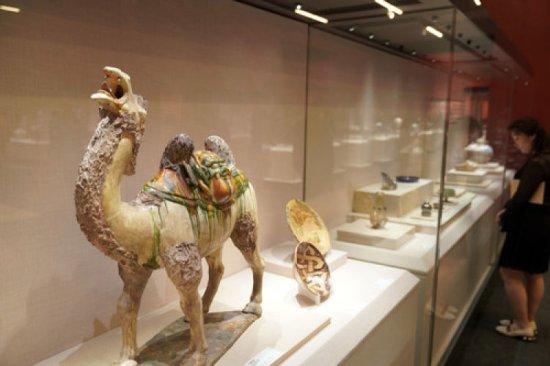 """当日,由文化和旅游部、国家文物局主办的""""大美亚细亚——亚洲文明展""""在北京中国国家博物馆开幕。该展览是亚洲文明对话大会系列文化活动之一,共展出文物400余件"""